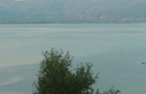 Τριχωνίδα, Φωτμός, αριστερά η παραλία Άμμος στο Πετροχώρι